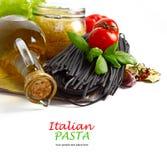 Pastas italianas con las verduras en la placa de madera aislada en blanco. Imagen de archivo