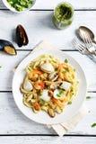 Pastas italianas con los mariscos en la placa Fotos de archivo