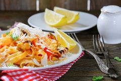 Pastas italianas con los mariscos y el limón Fotografía de archivo libre de regalías