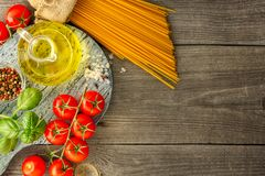 Pastas italianas con los tomates, la albahaca y el aceite, visión superior fotografía de archivo libre de regalías
