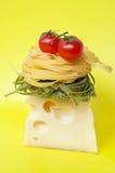 Pastas italianas con queso y tomates Fotografía de archivo