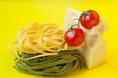 Pastas italianas con queso y tomates Imagen de archivo libre de regalías