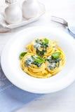 Pastas italianas de la cinta con la salsa de queso Gorgonzola imágenes de archivo libres de regalías