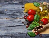 Pastas italianas de la comida, tomate, albahaca, aceite de oliva, pimienta Foto de archivo