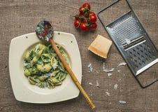Pastas italianas de la espinaca cremosa con los cereza-tomates frescos Fotografía de archivo libre de regalías