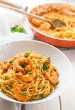 Pastas italianas de la salsa del camarón y de tomate foto de archivo