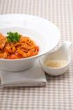 Pastas italianas de los espaguetis con el tomate y el pollo Imagen de archivo libre de regalías