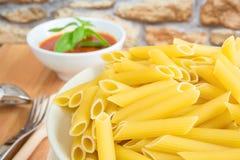 Pastas italianas de Rigatoni con la salsa de tomate Foto de archivo libre de regalías