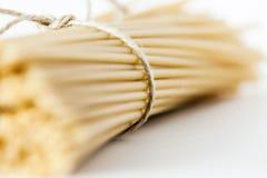 Pastas italianas del bucatini en la superficie blanca Foto de archivo