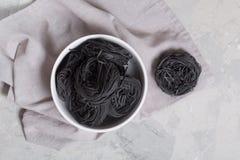 Pastas italianas del capellini en la tabla gris imágenes de archivo libres de regalías