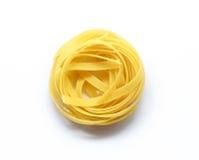 Pastas italianas del Fettuccine aisladas en el fondo blanco Imagen de archivo libre de regalías