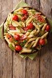 Pastas italianas del penne con el prosciutto, el tomate, el calabacín y el PA del jamón Imagen de archivo libre de regalías