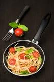 Pastas italianas en una cacerola de fritada Imagen de archivo