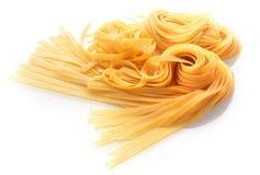 Pastas italianas frescas aisladas en blanco Imagenes de archivo