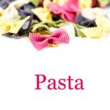 Pastas italianas frescas aisladas en el cierre blanco del fondo para arriba (con Foto de archivo libre de regalías