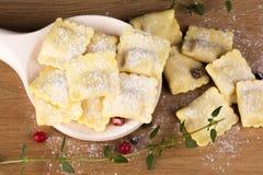 Pastas italianas, raviolis con los huevos de la harina y verdes foto de archivo