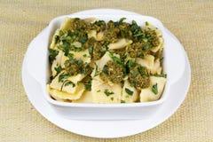 Pastas italianas, raviolis con perejil y pesto imagenes de archivo