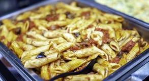 Pastas italianas recientemente cocinadas del penne en salsa boloñesa imagen de archivo