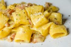 Pastas italianas tradicionales auténticas del carbonara con tocino y el huevo Foto de archivo libre de regalías