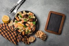 Pastas italianas tradicionales de los mariscos con el alle Vongole de los espaguetis de las almejas en el fondo de piedra fotografía de archivo libre de regalías