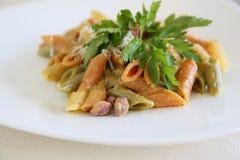 Pastas italianas: tricolore del penne del mezze con pesto de los pistachos Fotos de archivo libres de regalías