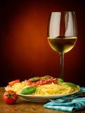 Pastas italianas y vino blanco Imagenes de archivo