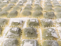 Pastas llenadas italiano tradicional de los raviolis hechas a mano en casa Foto de archivo
