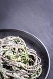 Pastas negras con espinaca, mascarpone y parmesano Fotos de archivo libres de regalías