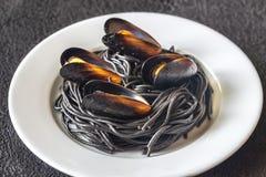 Pastas negras con los mejillones fotos de archivo libres de regalías