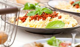Pastas Penne con la salsa, el queso parmesano y la albahaca boloñeses del tomate imágenes de archivo libres de regalías