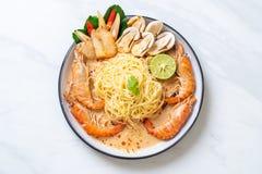 pastas picantes de los espaguetis de los camarones (Tom Yum Goong foto de archivo libre de regalías