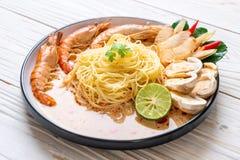 pastas picantes de los espaguetis de los camarones (Tom Yum Goong imagenes de archivo