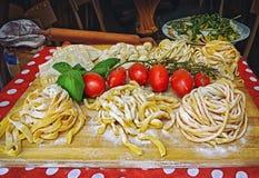 Pastas, pizza y arreglo hecho en casa de la comida fuera de un restaurante en Roma Fotografía de archivo