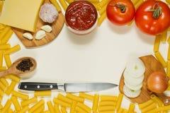 Pastas que cocinan los ingredientes - visión superior horizontal Foto de archivo