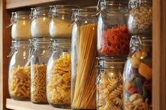Pastas secadas en tarros en un estante Imagen de archivo libre de regalías