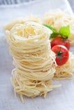 Pastas secas con albahaca fresca Fotos de archivo libres de regalías