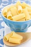 Pastas sin procesar en un tazón de fuente azul Imagen de archivo