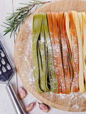 Pastas sobre el fondo de madera blanco Imagen de archivo libre de regalías