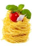 Pastas, tomate, albahaca, ajo - el cocinar italiano Imagen de archivo