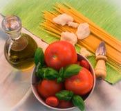 pastas, tomates, albahaca, parmesano, cuchillo Imagen de archivo