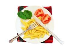 Pastas, tomates y espinaca en la placa imagen de archivo libre de regalías