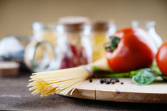 Pastas, tomates y tarros con las especias Imagenes de archivo