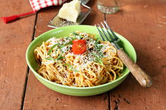 Pastas tradicionales con los espaguetis boloñés de la salsa de tomate Imagen de archivo libre de regalías