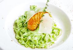 Pastas verdes con los pescados asados a la parrilla Foto de archivo