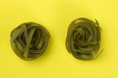 Pastas verdes crudas de los tallarines Imagenes de archivo