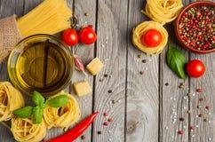 Pastas, verduras, hierbas y especias para la comida italiana Fotos de archivo