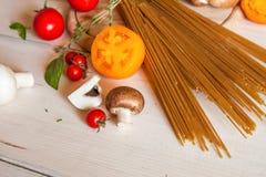 Pastas, verduras y especias de los espaguetis Imagen de archivo libre de regalías