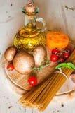 Pastas, verduras y especias de los espaguetis Foto de archivo libre de regalías
