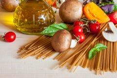 Pastas, verduras y especias de los espaguetis Imágenes de archivo libres de regalías
