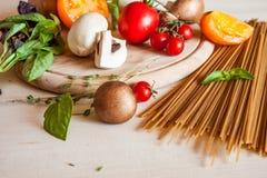 Pastas, verduras y especias de los espaguetis Fotos de archivo